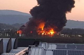 """Ancona, incendio in una fabbrica di oggetti di plastica. Il sindaco: """"Restate in casa"""""""