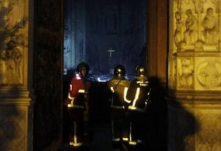 """Incendio Notre Dame, i 500 pompieri eroi saliti con le mani sulle torri: """"Coraggio estremo"""""""
