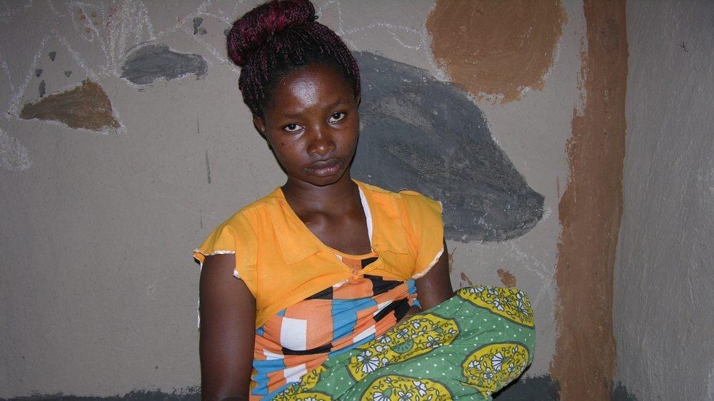 Grace con in braccio l'ultima figlioletta di appena 9 mesi (Mary Mwendwa/Al Jazeera)