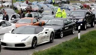 Germania. Sfrecciano a 250 km/h in autostrada per una gara: polizia sequestra 120 auto sportive