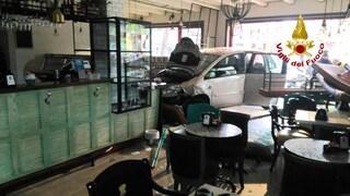 Bassano del Grappa, anziana sbanda con l'auto e finisce in una pasticceria: tragedia sfiorata