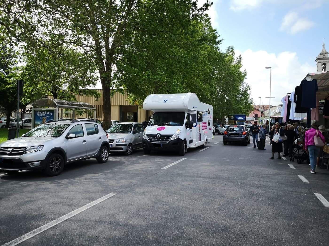 Camper parcheggiato in doppia fila (Mercato di Iolo, Prato)