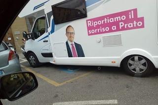 Prato, il candidato sindaco ruba il parcheggio ai disabili. Poi non si scusa e fa pure peggio