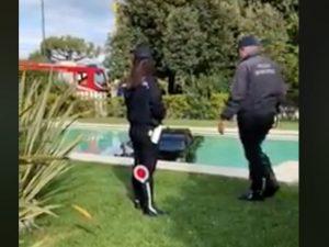 Forte dei Marmi, auto di lusso sbanda e finisce nella piscina dell'hotel