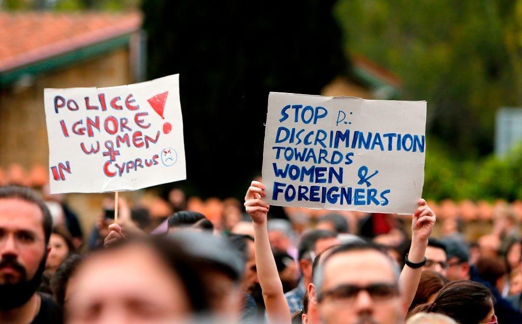 Manifestazione davanti il palazzo presidenziale a Nicosia dopo l'uccisione delle sette donne straniere (Gettyimages)