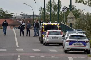 Francia, 17enne sequestra 4 donne in un negozio e spara contro la polizia: liberate dopo ore