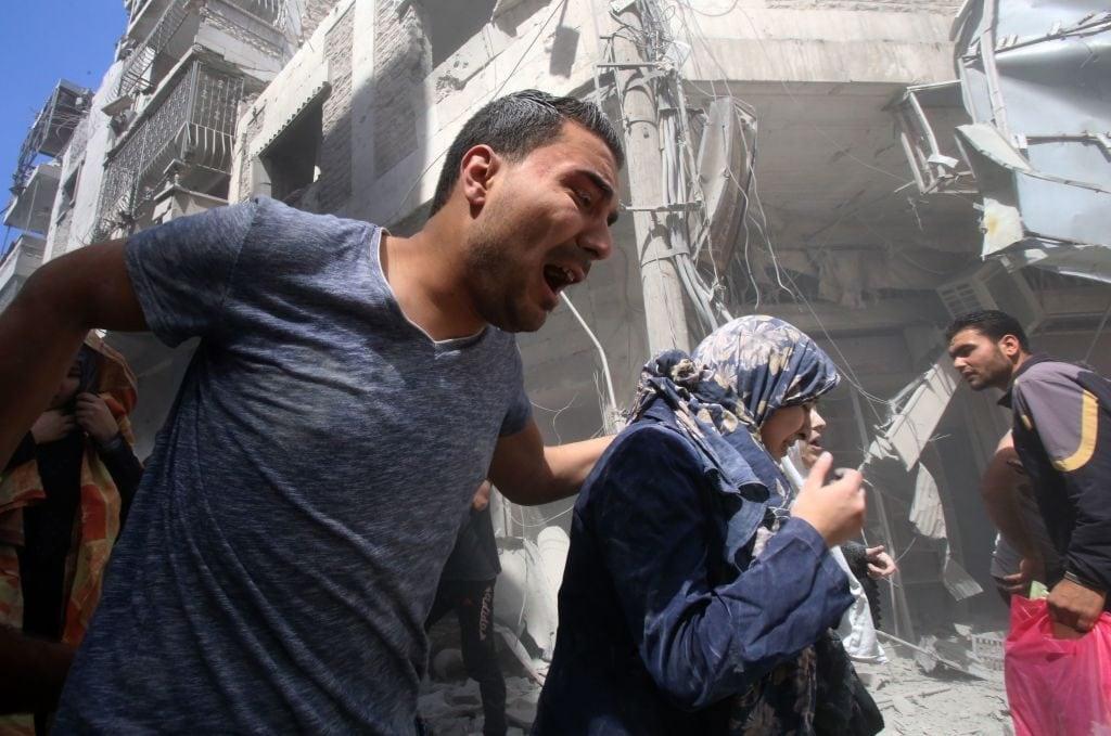 Civili scappano dopo l'attacco al mercato di Maarrat al–Numan (Gettyimages)