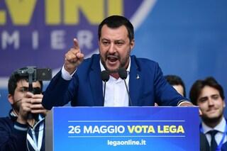 Salvini giura sul Vangelo: ma con lui Giuseppe, Maria e Gesù marcirebbero su un barcone