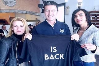 """Mussolini """"is back"""": la maglietta del pronipote Caio del Duce, candidato con Fdi alle europee"""