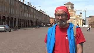 """Umberto, 71 anni: """"Denunciato e amanettato per uno striscione contro Salvini"""""""