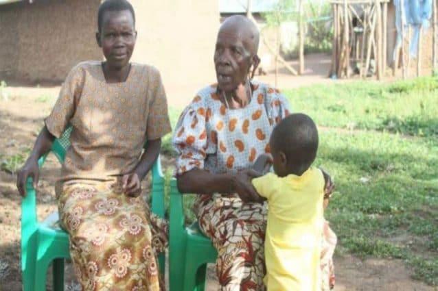 Susan (a sinistra) con Siprina, l'anziana moglie a cui ha dato 13 figli (Boniface Okendo/Standard)