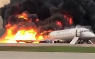 Aereo si incendia durante atterraggio d'emergenza a Mosca: 41 morti tra cui due bimbi