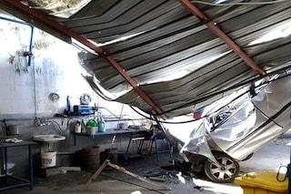 Pauroso incidente sull'A20: auto precipita da viadotto e sfonda tetto di un'officina