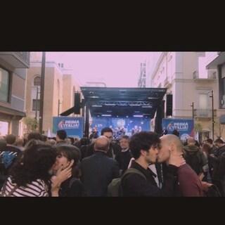 Un bacio gay davanti al palco del comizio di Matteo Salvini: la protesta pacifica contro l'omofobia