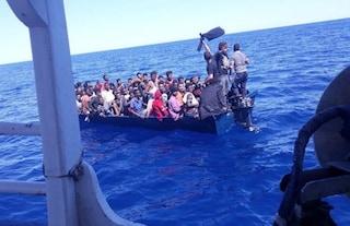 Migranti, 87 persone in mare chiedono aiuto: in 16 sono arrivate a Lampedusa, stanno bene