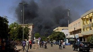 Burkina Faso, 20 jihadisti uccidono prete e 5 fedeli a messa: l'assalto durato un'ora