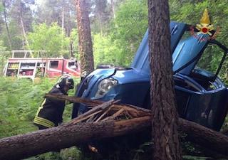Pisa, finisce con l'auto contro un albero a pochi passi da casa: trovato morto dopo ore