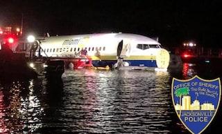 Florida, Boeing 737 esce fuori dalla pista e precipita nel fiume: a bordo 143 passeggeri