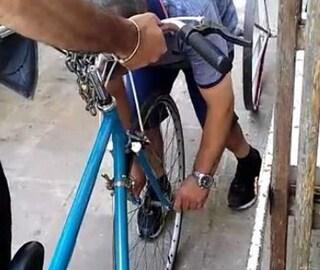 Lecce, due vigili deridono un disabile e diffondono il video. La vittima minaccia il suicidio