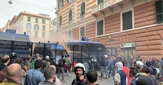 Genova, scontri fra antifascisti e polizia durante comizio di Casapound. Ferito un giornalista