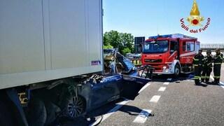 Verona, incidente sull'A22: scontro con un tir, automobilista resta incastrato e muore