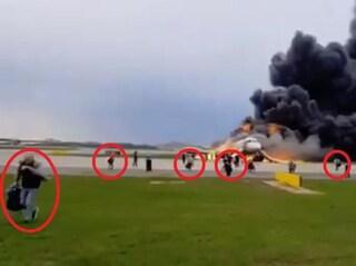 """Incidente aereo Mosca, passeggeri in fuga col bagaglio sotto accusa: """"Hanno ritardato evacuazione"""""""