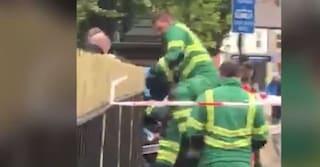Scivola mentre scavalca recinzione: 16enne rimane infilzata nel palo, ferita gravemente