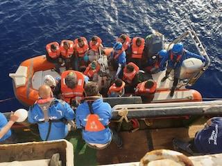 """Migranti Mare Jonio sbarcano a Lampedusa. Salvini: """"Nave sequestrata"""". Ong: """"Nessuna notifica"""""""