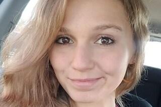 Giù da una scogliera per scattare una foto col fidanzato: 21enne muore dopo un volo di 30 metri