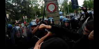 Matteo Salvini contestato a Modena, sassi contro le forze dell'ordine