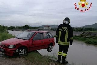 Vicenza, esce di strada e rimane incastrato nell'auto in bilico sul torrente in piena
