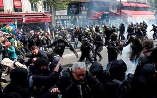 Primo maggio di tensione a Parigi: fermate 330 persone per scontri tra polizia e black block