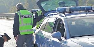 Bologna, ubriaco e senza patente va in auto col nipotino: sperona volante e picchia agenti