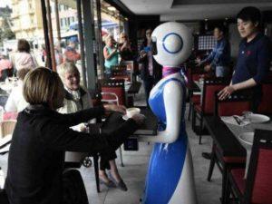 A Rapallo arrivano i primi camerieri robot: si chiamano Xiao Ai e girano tra i tavoli