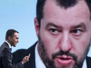 In foto: Luigi Di Maio e, sullo sfondo, Matteo Salvini.