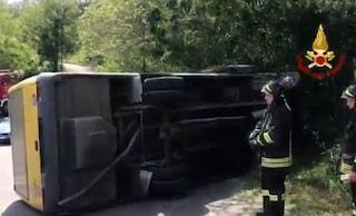 Padova, scuolabus pieno di studenti si rovescia: feriti 8 ragazzini, autista era ubriaco