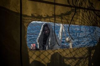 """Migranti, Sea Watch, """"Soccorse 65 persone al largo della Libia. Italia informata, nessuna risposta"""""""