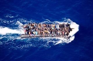 """Sea Watch denuncia: """"Degli 80 migranti sul gommone in difficoltà non abbiamo più notizie"""""""