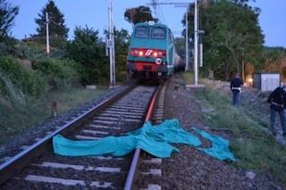 Trapani, travolto sui binari da un treno in transito: morto 30enne, circolazione sospesa