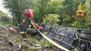 Siena, bus di turisti sfonda il guardrail e si ribalta: morta 1 donna e feriti, traffico in tilt