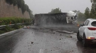 A18, incidente sulla Messina-Catania: camion si ribalta a Sant'Alessio, traffico in tilt