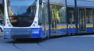 Ragazza rimane incastrata sotto il tram in pieno centro a Torino, è grave