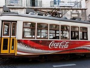 Uno dei simboli di Lisbona, il tram, con la pubblicità della Coca–Cola: ma per oltre quarant'anni in Portogallo la bevanda fu vietata.