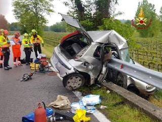 Verona, auto va a sbattere contro il guard rail e rimane incastrata: morto 22enne