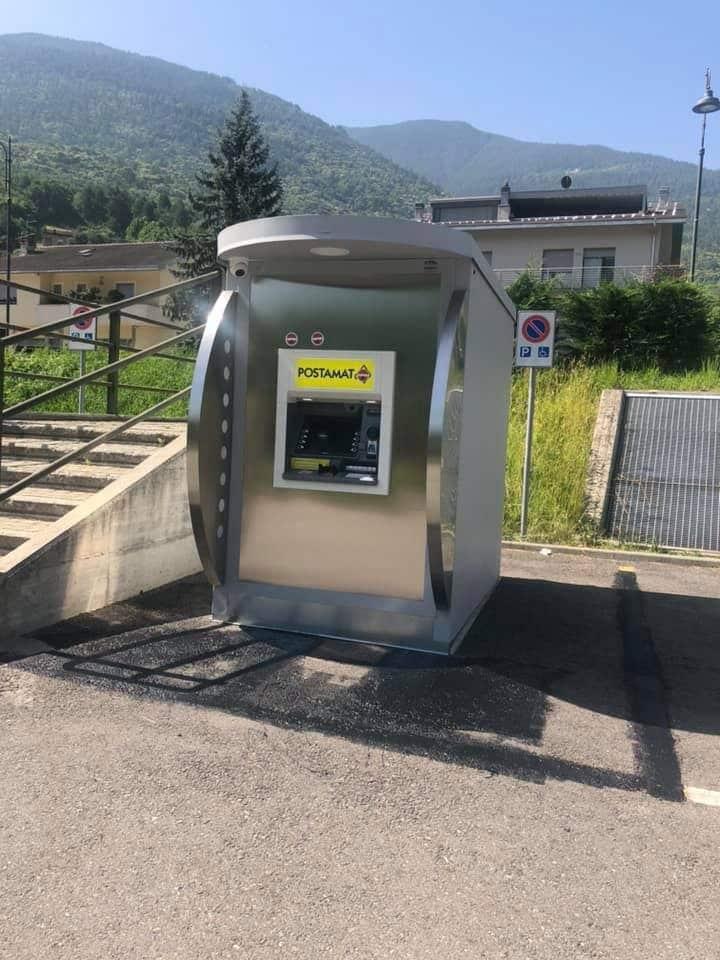 Le strisce gialle del parcheggio disabili sono state cancellate