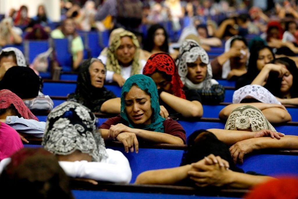 """I fedeli della """"Luz del Mundo"""" pregano dopo l'arresto del loro guru (Gettyimages)"""