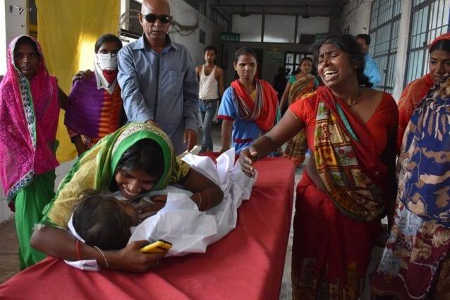 La disperazione dei genitori di un bambino ricoverato all'ospedale di Muzaffarpur per sospetta sindrome da encefalite acuta
