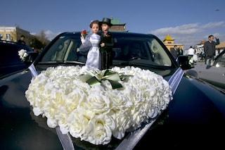 Grosseto, singolare incidente alle nozze: autogru fa manovra e squarcia le auto degli sposi