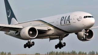 Passeggero scambia l'uscita d'emergenza per il bagno: l'aereo rimane bloccato a terra