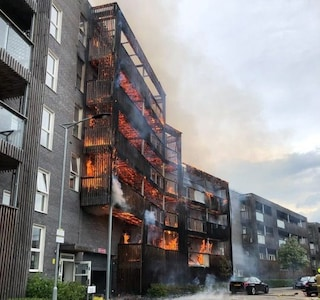 Londra, incendio in un palazzo a est della città: edificio completamente in fiamme